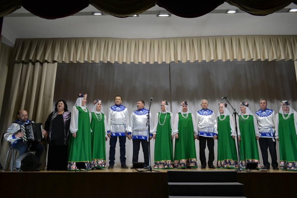 Хор русской песни «Ивушки» выступает перед отдыхающими санатория МВД России «Зеленая роща»